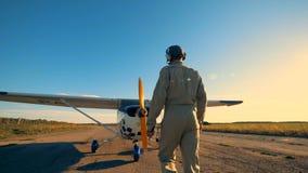 一个人走向双翼飞机,审查它的推进器和翼 4K 股票录像
