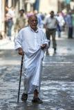 一个人通过可汗el Khal'ili义卖市场走在开罗,埃及 库存图片