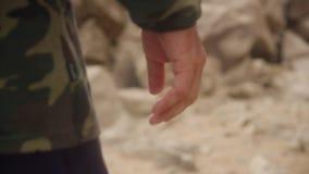 一个人通过岩石表面走 股票视频