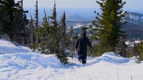 一个人通过深雪移动在晴朗的天气的冬天 股票视频