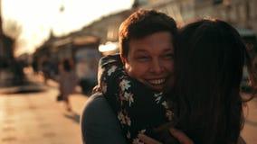 一个人遇见步行沿着向下街道的一名妇女并且放弃她拥抱,关闭 股票视频