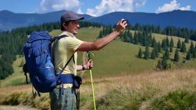 一个人采取山的全景在他的电话的 远足,旅游业,山 股票录像