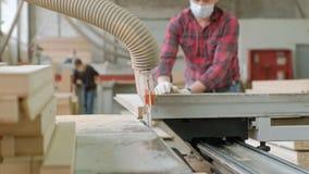 一个人锯在机器的木门空白,村庄内门的生产 股票录像