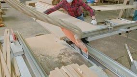 一个人锯在机器的木门空白,村庄内门的生产 影视素材