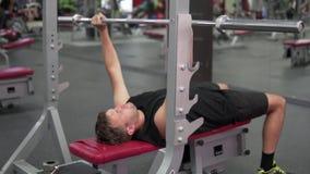 一个人震动他的在健身房的肌肉 影视素材