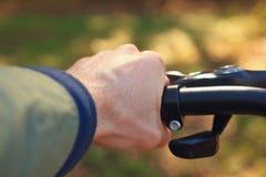 一个人露天骑在森林特写镜头的一辆自行车 免版税库存照片