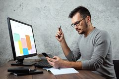 一个人,一个人在一张桌上在办公室,运作坐重要纸 事务的概念 复制空间 图库摄影