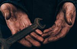 一个人,一名工人的肮脏的手,一个人排泄了他的手,当工作,一个贫困者时 库存照片