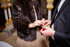 一个人给妇女` s金戒指 免版税库存图片
