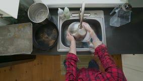 一个人洗涤的盘的Timelapse 股票录像