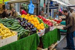 一个人购物蕃茄在一个街市上在巴黎,法国 免版税库存图片