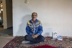 一个伊朗人的画象在舒适室里面的 库存照片