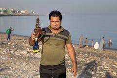 一个伊朗人的画象有水烟筒的在他的手上 库存照片