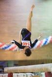 一个优美的女孩在霍尔发电机体育场执行 库存图片