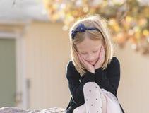 一个传神美丽的小女孩的画象 免版税库存照片