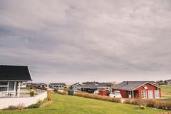 一个传统丹麦房子现代样式在一个村庄在丹麦 免版税库存照片