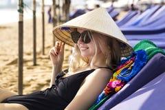 一个传统亚洲圆锥形帽子的年轻美丽的女孩 库存照片