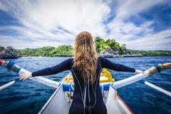 一个传统巴厘语渔船的少妇 图库摄影