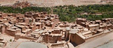 一个传统巴巴里人村庄,丛有一个屋顶平台的黏土房子,在解决的郊区树小条,摩洛哥, 图库摄影