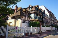 一个传统建筑在市诺曼底,法国的多维尔,卡尔瓦多斯部门 美好的春天早晨风景 免版税图库摄影