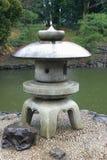一个传统灯笼由石头制成在庭院里 图库摄影