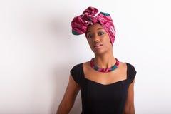 头戴一个传统头巾的美丽的非洲妇女 库存图片