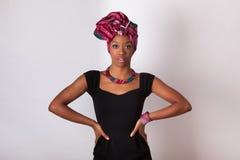 头戴一个传统头巾的美丽的非洲妇女 免版税图库摄影