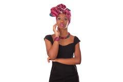 头戴一个传统头巾的年轻美丽的非洲妇女 免版税图库摄影