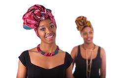 头戴一个传统头巾的年轻美丽的非洲妇女 库存图片