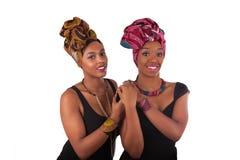 头戴一个传统头巾的年轻美丽的非洲妇女 库存照片