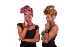 头戴一个传统头巾的年轻美丽的非洲妇女 免版税库存照片