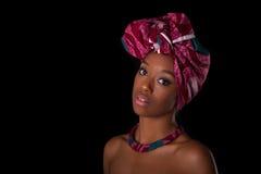 头戴一个传统头巾, I的年轻美丽的非洲妇女 图库摄影