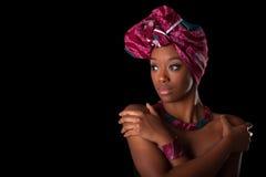 头戴一个传统头巾, I的年轻美丽的非洲妇女 免版税图库摄影