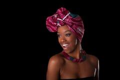 头戴一个传统头巾, I的年轻美丽的非洲妇女 免版税库存图片