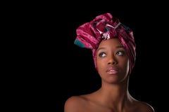 头戴一个传统头巾, I的年轻美丽的非洲妇女 库存照片