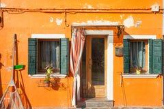 一个传统橙色房子的细节在Burano海岛,威尼斯 免版税库存照片