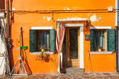 一个传统橙色房子的细节在Burano海岛,威尼斯 免版税库存图片