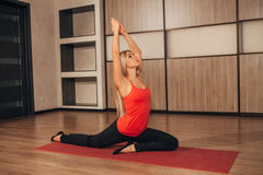 一个传统瑜伽姿势的妇女 图库摄影