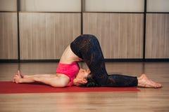 一个传统瑜伽姿势的妇女 库存图片