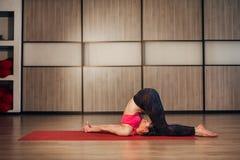 一个传统瑜伽姿势的妇女 免版税库存图片