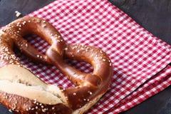 一个传统自创德国椒盐脆饼的特写镜头 库存照片