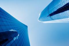 从一个低角度视图的摩天大楼在深圳 免版税库存照片