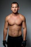 一个体育人的垂直的画象有赤裸躯干的 免版税图库摄影