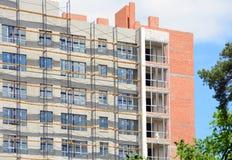 一个使用脚手架的大厦和膏药的建筑与外部保温的 免版税库存图片