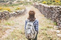 一个供徒步旅行的小道、旅行和活跃生活方式概念的美丽的旅客女孩 免版税库存图片
