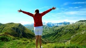 一个俏丽的女孩在瑞士阿尔卑斯进入地方有美丽的景色并且高兴在Furka通行证 股票视频