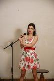 一个俏丽的女孩在葡萄酒屋子唱歌 库存图片