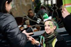 一个俏丽的女孩在面孔画了在圣帕特里克` s天ParadeÂ在都伯林,爱尔兰, 2015年3月18日 免版税图库摄影