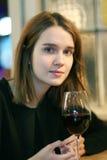 一个俏丽的女孩的特写镜头画象有玻璃的 库存图片