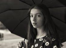 一个俏丽的女孩的黑白画象有有雀斑的 库存图片